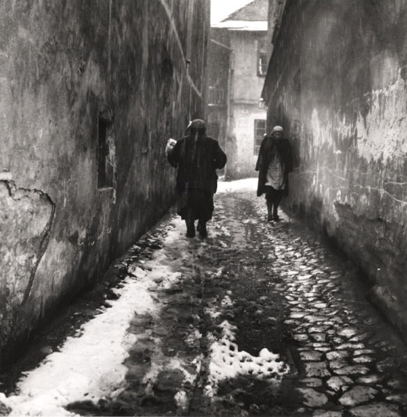 Roman Vishniac. 'A street of Kazimierz, Krakow' 1935-38