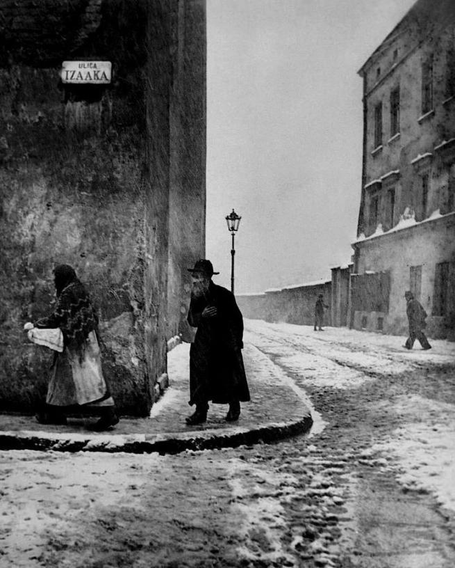Roman Vishniac. 'Isaac Street, Kazimierz, Cracow' 1935-38