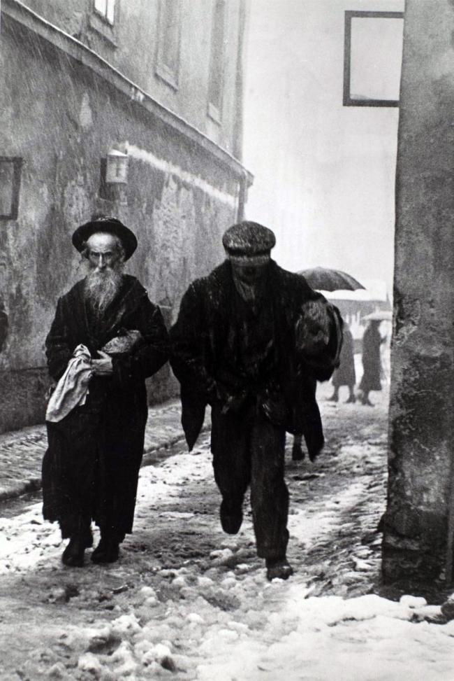 Roman Vishniac. 'A street of Kazimierz, Cracow' 1935-38