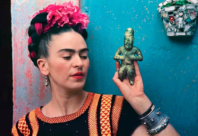 Nickolas Muray. 'Frida with Olmeca Figurine, Coyoacan' 1939
