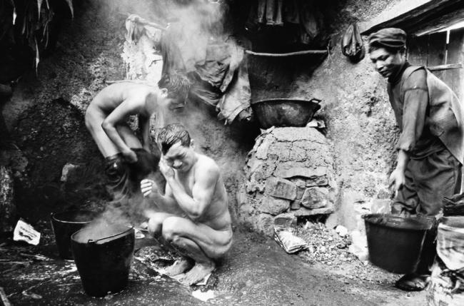 Geng Yensheng. 'Miners at Wumeng Mountain' 2003