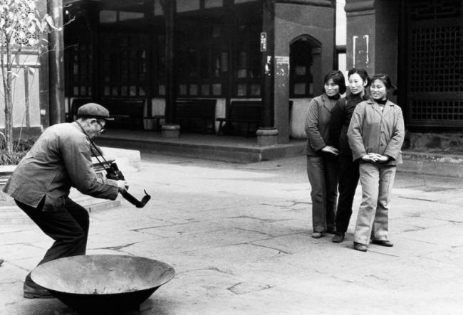 Li Dan. 'Tourists at the Wenshu Temple in Chengdu taking a souvenir photograph' 1983