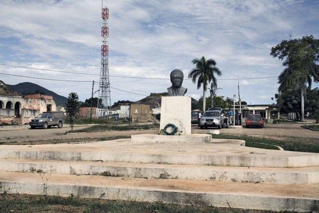 Guy Tillim. 'Bust of Agostinho Neto, Quibala, Angola' 2008