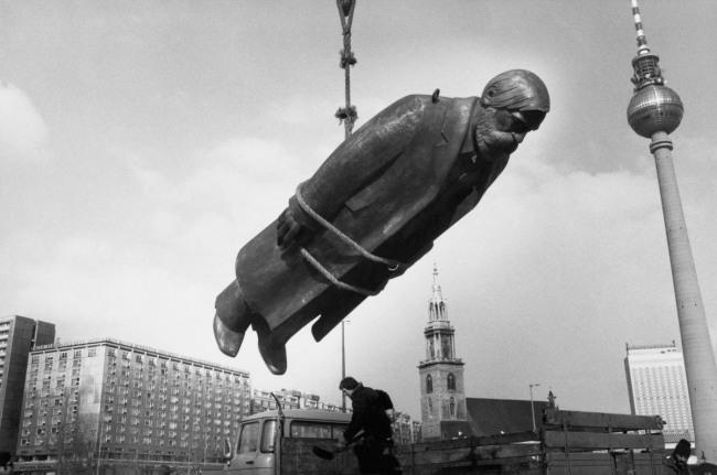 Sibylle Bergemann. 'Das Denkmal, East Berlin' (The monument, East Berlin)