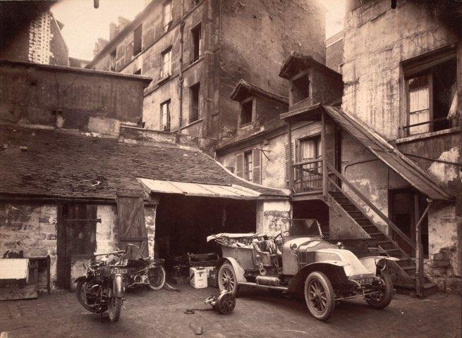 Eugène Atget. 'Cour, 7 rue de Valence' June 1922