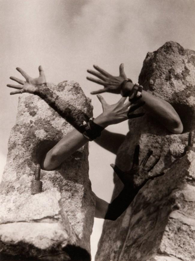 Claude Cahun. 'Combat de pierres' 1931
