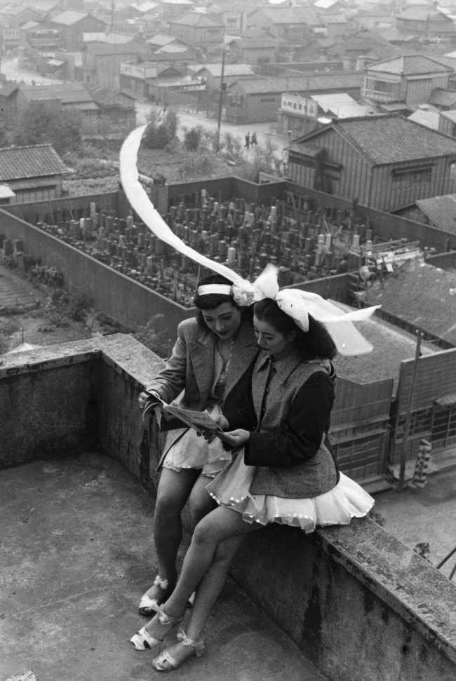 Takeyoshi Tanuma. 'Dancers resting on the rooftop of the SKD Theatre' Asakusa, Tokyo 1949