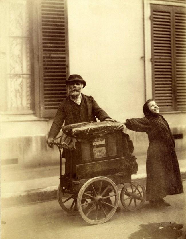 Eugène Atget. 'Chanteuse de rue et joueur d'orgue de Barbarie' 1898