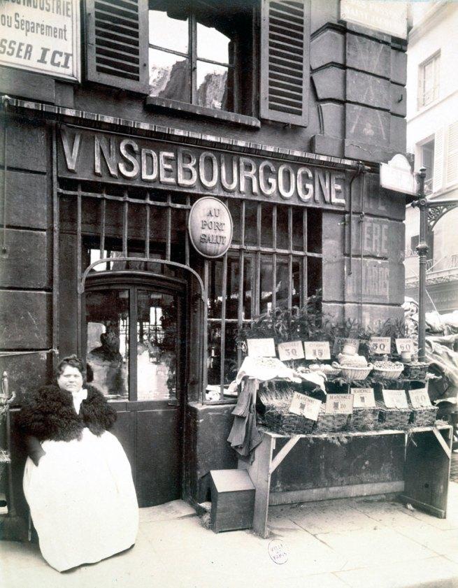 """Eugène Atget. 'Cabaret """"Au Port Salut,"""" marchande de coquillages, rue des Fossés-Saint-Jacques, 5e arrondissement' 1903"""