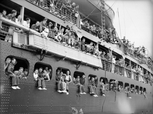 Anonymous photographer. 'Troops of the 6th Division wave goodbye, Sydney 1940' 1940