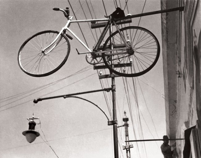 Manuel Álvarez Bravo. 'Bicycle Heaven (Bicicleta al cielo / Bicyclette au ciel)' 1931