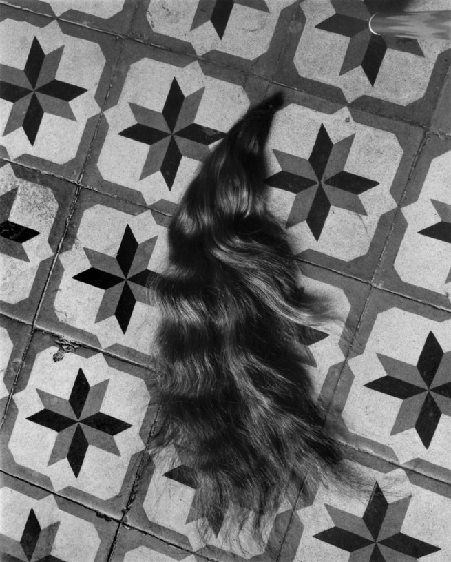 Manuel Álvarez Bravo. 'Hair on Patterned Floor (Mechón / Mèche)' 1940