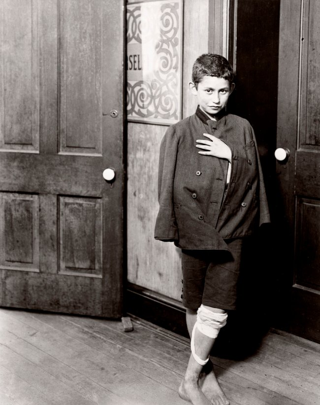 Lewis Hine. 'Waiting for the dispensary to open Hull House District, Chicago' 1910