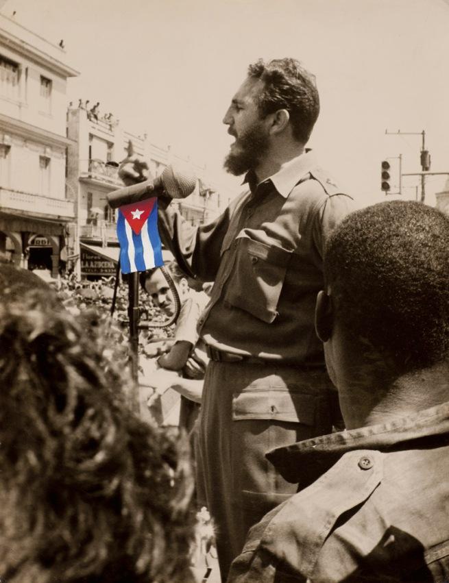 Alberto Korda. 'Siegesfeier nach der Schlacht in der Schweinebucht, Fidel Castro mit aufgemalter Flagge' 1961