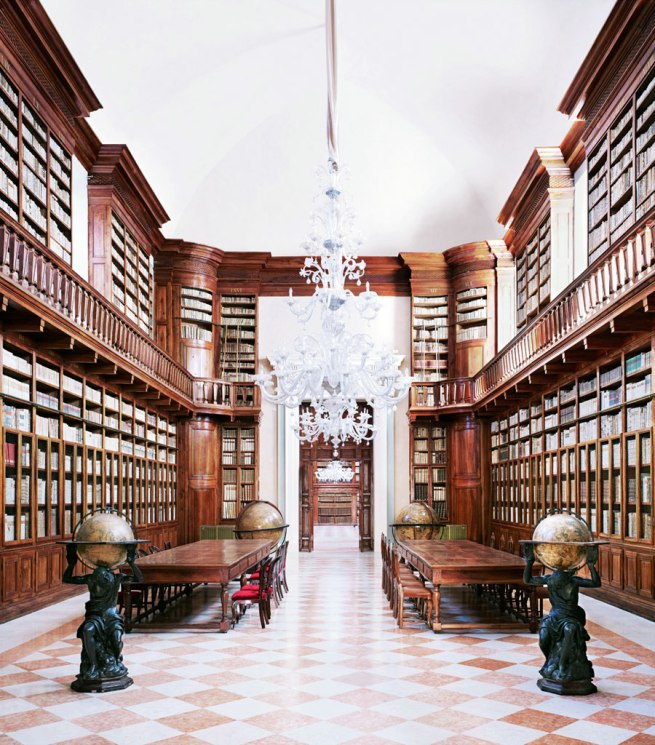Candida Höfer. 'Biblioteca Teresiana Mantova I' 2010