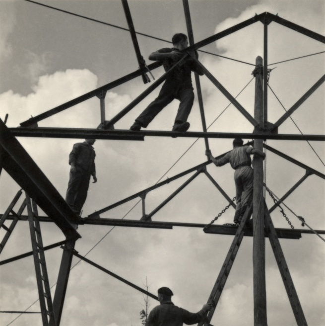 Roman Vishniac, 'Untitled [Zionist youth building a school and foundry while learning construction techniques, Werkdorp Nieuwesluis, Wieringermeer, The Netherlands]' 1939