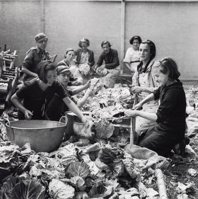 12---Children-Preparing-Vegetables,-North-Stoneham-Camp,-Hampshire-WEB