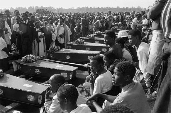 Gille de Vlieg. 'Coffins at the mass funural held in KwaThema, Gauteng, July 23, 1985' 1985