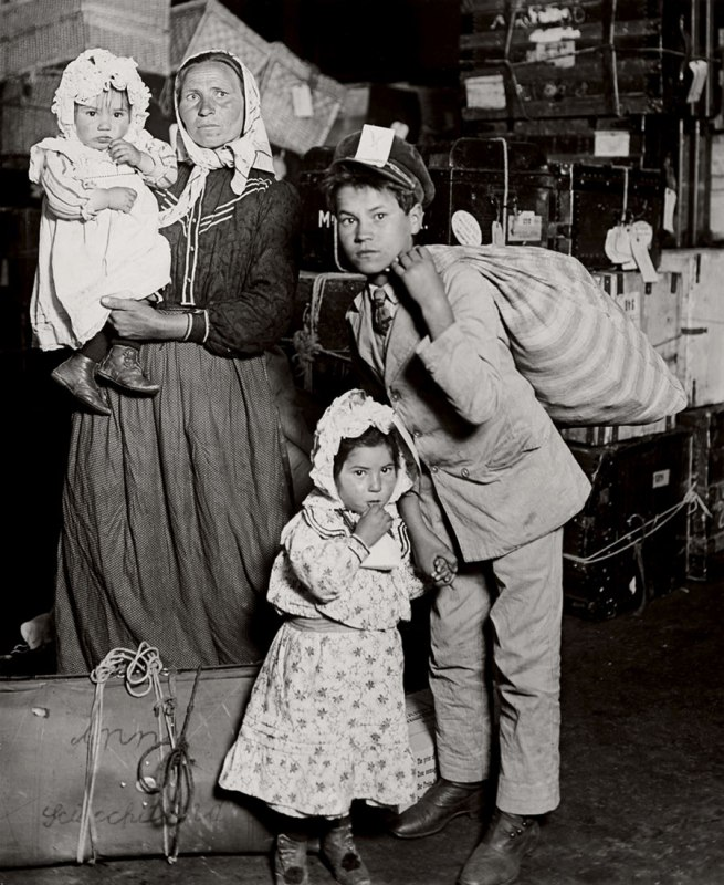 Lewis Hine. 'Italian family looking for lost baggage, Ellis Island' 1905
