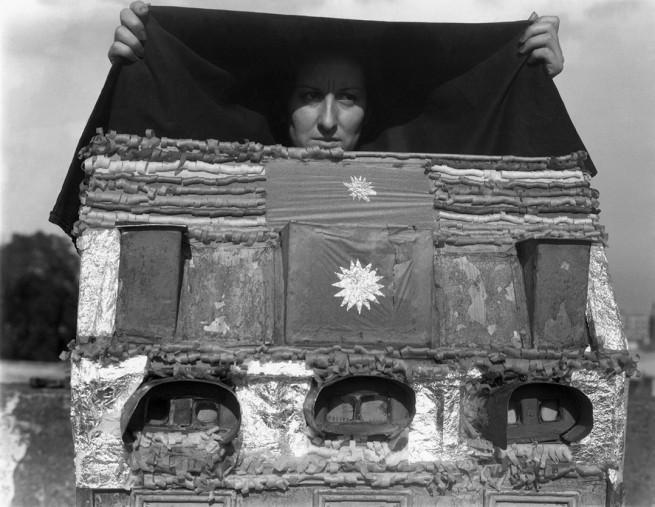 Manuel Álvarez Bravo(Mexican, 1902-2002) 'Caja de visiones' 1938