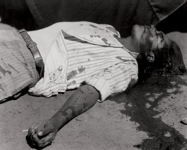 Manuel Álvarez Bravo. 'Obrero en huelga, asesinado' 1934