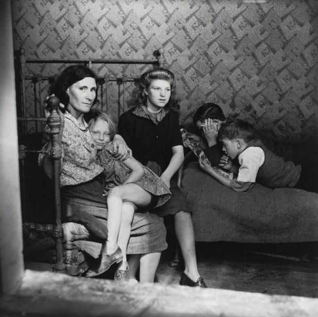 Edith Tudor-Hart. 'Family, Stepney, London' about 1932
