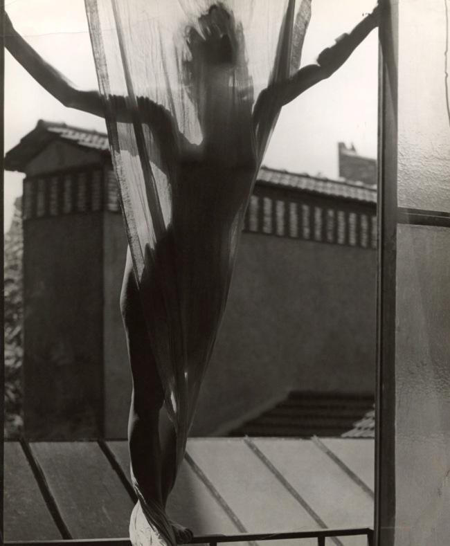 Erwin Blumenfeld. 'Marguerite von Sivers sur le toit du studio 9, rue Delambre' [Marguerite von Sivers on the roof of Blumenfeld's studio at 9, rue Delambre] Paris, 1937