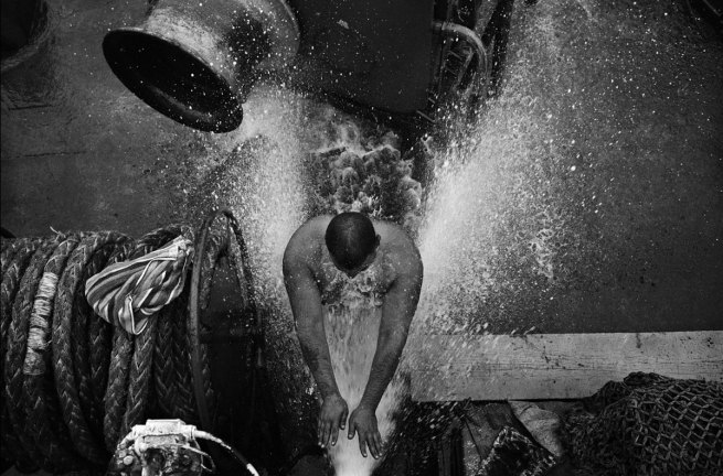 Oleg Klimov. 'Bootsman neemt douche op het dek van het vrachtschip 'Anatoli Tortsjinov'. Russische Verre Oosten / Stille Oceaan' (Boatswain takes shower on the deck of the freighter 'Anatoli Tortsjinov. Russian Far East / Pacific) Juli 2007