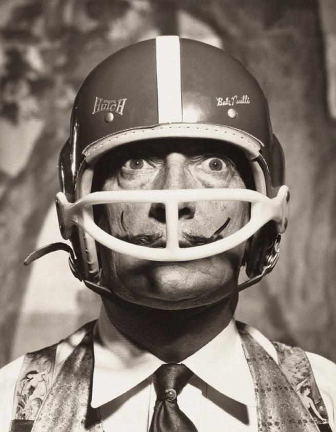 Philippe Halsman. 'Portrait de Salvador Dalí avec casque de footballeur américain (Portrait of Salvador Dalí with American football helmet)' 1964
