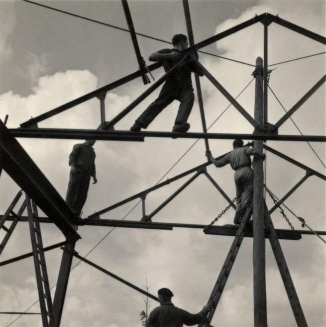 Roman Vishniac. '[Zionist youth building a school and foundry while learning construction techniques, Werkdorp Nieuwesluis, Wieringermeer, The Netherlands]' 1939