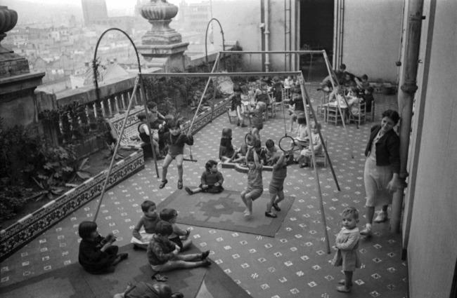 Agustí Centelles. 'Barcelona, España. Guardería infantil en Vía Layetana' [Babysitting in Layetana Road] 1936-39