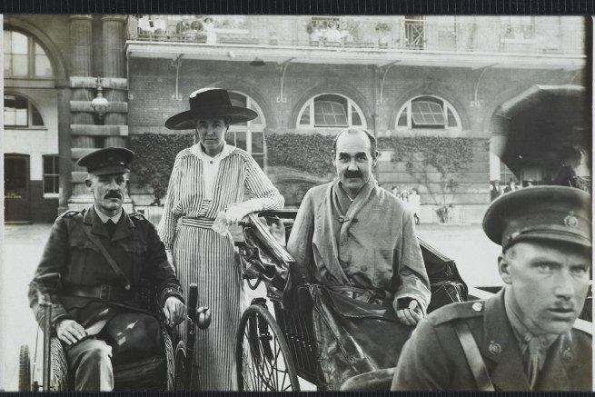 Christina Bloom. 'Wounded patients from King Edward VII's Hospital for Officers visit the Royal Mews in 1915'