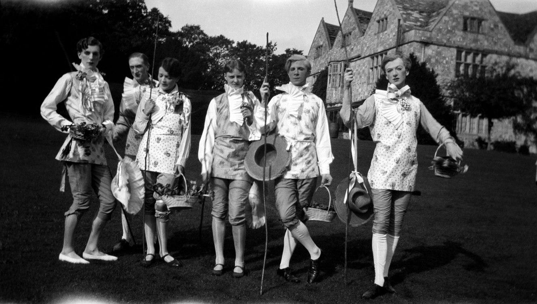Cecil Beaton. 'Stephen Tennant (1906-1987), William Walton (1902-1983), Georgia Sitwell (1905-1980), Zita Jungman (1903-2006), Rex Whistler (1905-1944) and Cecil Beaton (1904-1980), Wilsford, 1927' 1927