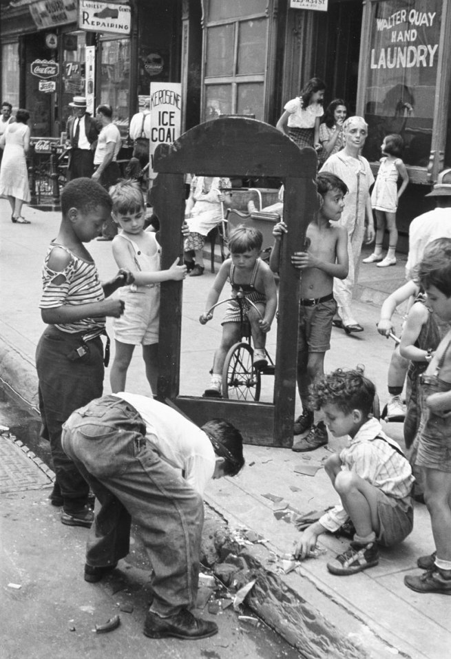 Helen Levitt. 'Children playing with a picture frame, New York' (Niños jugando con un marco, Nueva York) c. 1940