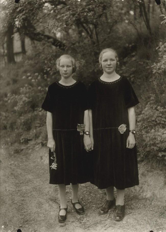 August Sander (1876-1964) 'Country Girls' 1925 (print 1980 von by Gunther Sander)