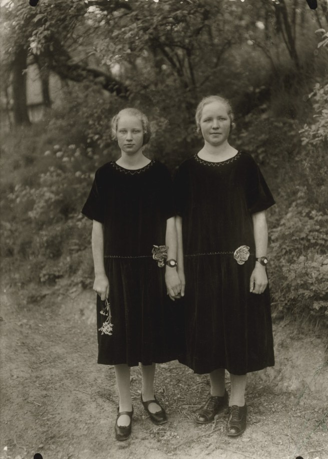 August Sander (1876-1964) 'Country Girls' 1925 (print 1980 von by Gunther Sander)