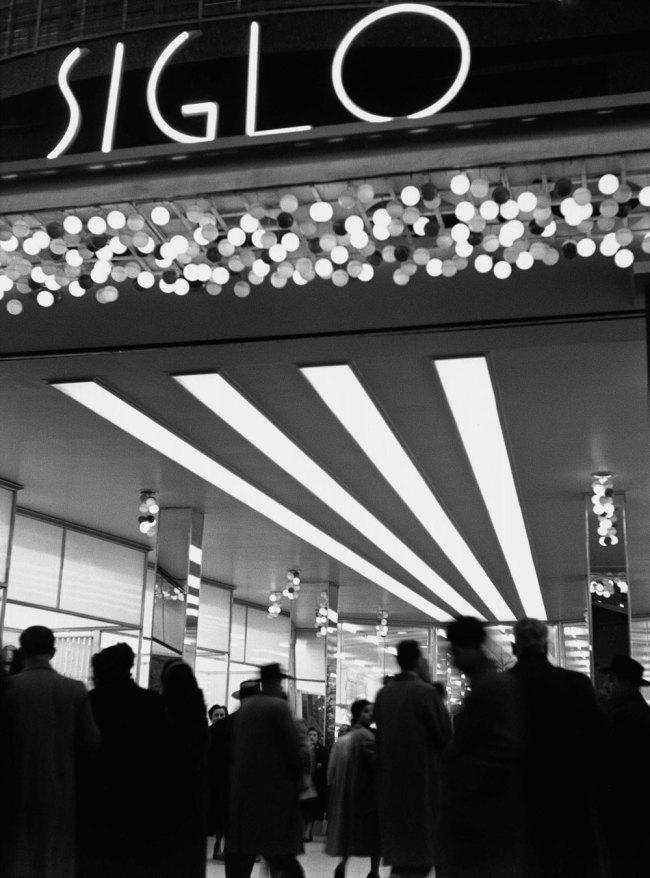 Francesc Català-Roca. 'Vestíbulo de la tienda, Barcelona' (Shop Vestibule, Barcelona) 1950 (circa) / Posthumous print, 2003