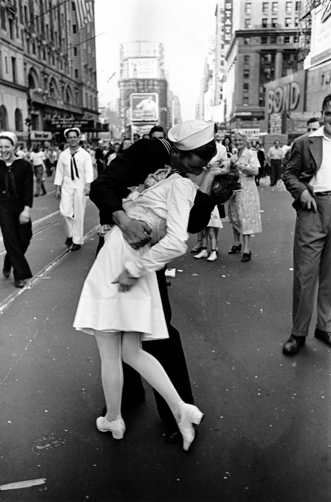 Alfred Eisenstaedt. 'VJ Day, Times Square, NY, 14. August 1945'