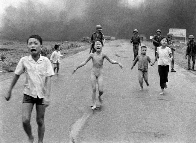 Nick Út: The Associated Press. 'Napalm attack in Vietnam' 1972