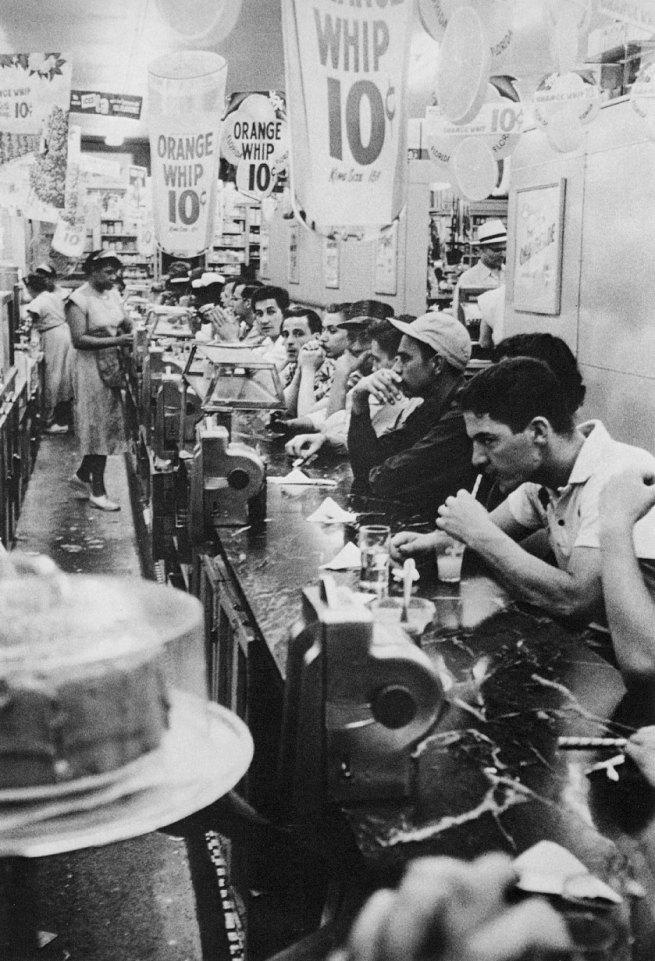 Robert Frank. 'Drugstore, Detroit' 1955-56