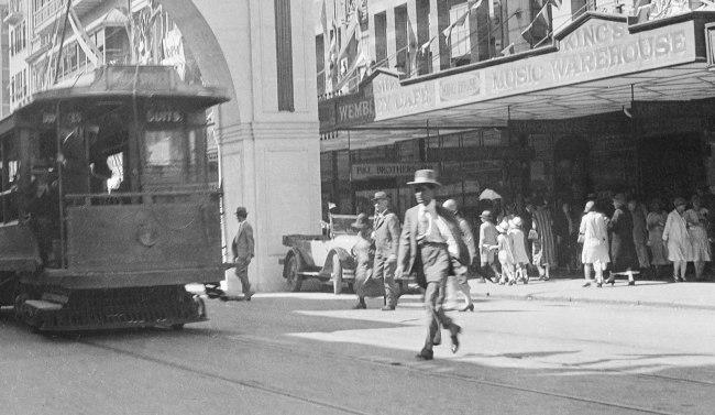 Alfred Elliott. ''Citizens' Welcome' arch, Queen Street' 1927 (detail)