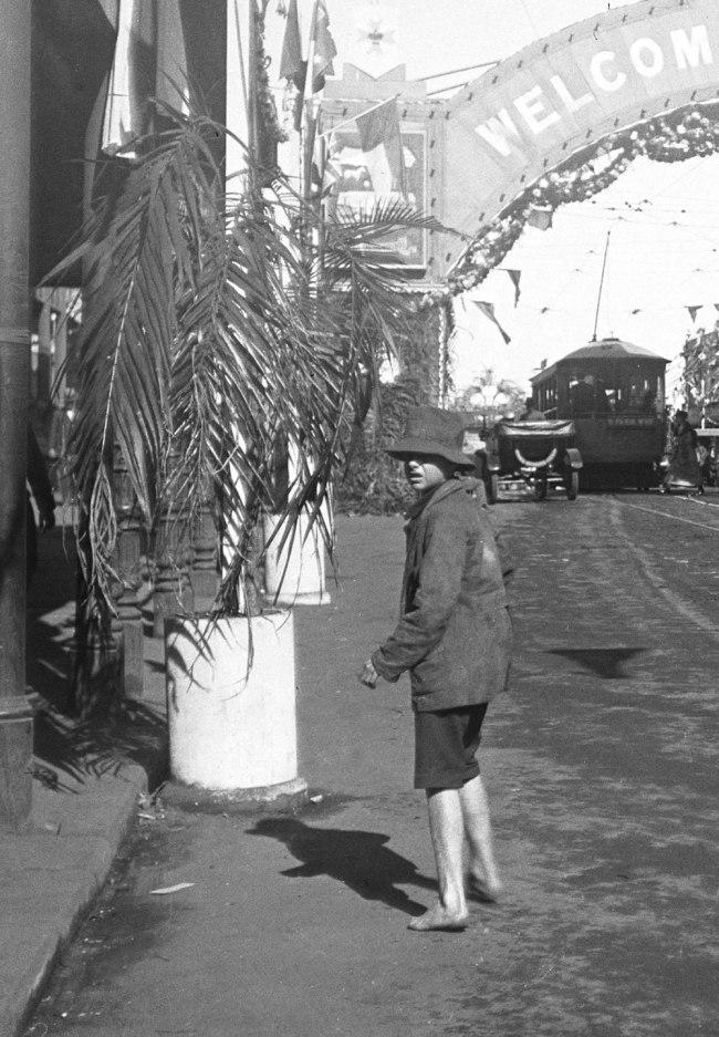 Alfred Elliott. ''Welcome to Brisbane' arch, Queen Street' 1920 (detail)
