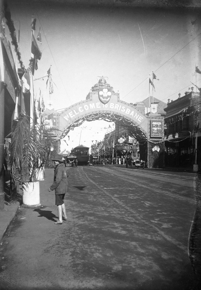 Alfred Elliott. ''Welcome to Brisbane' arch, Queen Street' 1920