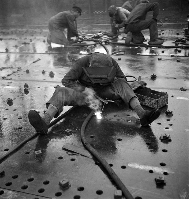 François Kollar. 'Dans le port, à bord. Super Ile de France: cisaillage au chalumeau oxhydrique' 1931