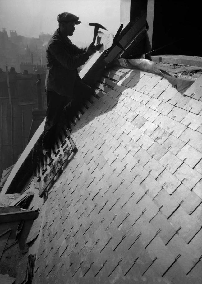 François Kollar. 'Le bâtiment. Pose des ardoises. Paris. Entreprise Ch. Lavillauguet' 1931