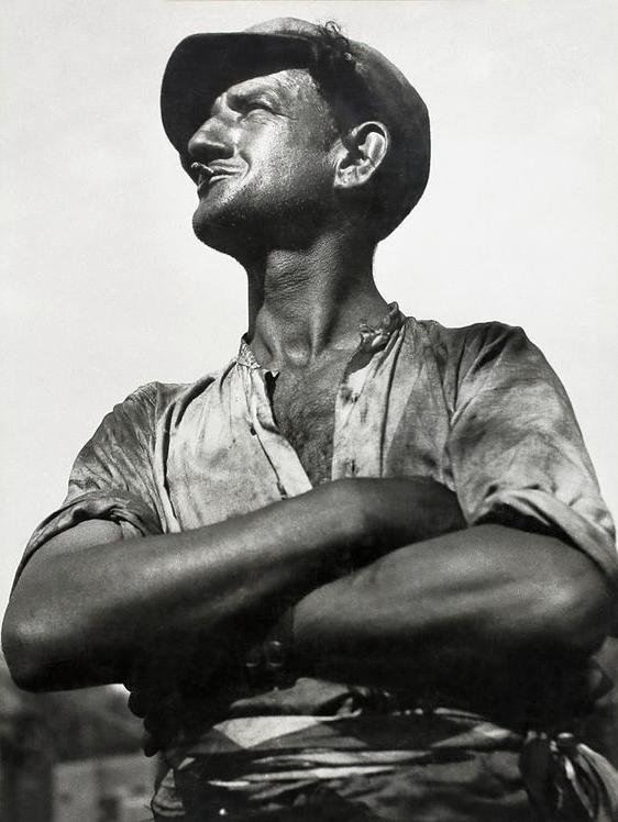 François Kollar. 'Porteur de rails. Arles' 1933