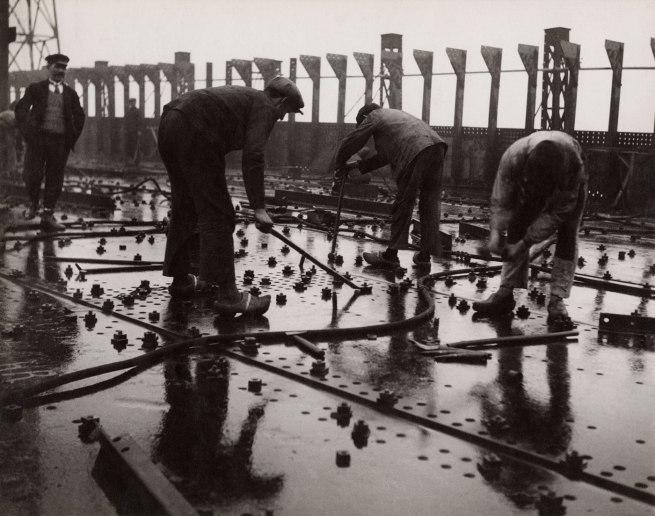 François Kollar. 'Construction des grands paquebots, Rivetage de tôles d'un pont de navire, chantier et ateliers de Saint-Nazaire à Penhoët' 1931-1932