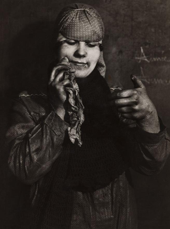 François Kollar. 'La trieuse reste coquette. Lens, Pas-de-Calais. Société des mines de Lens' 1931-1934