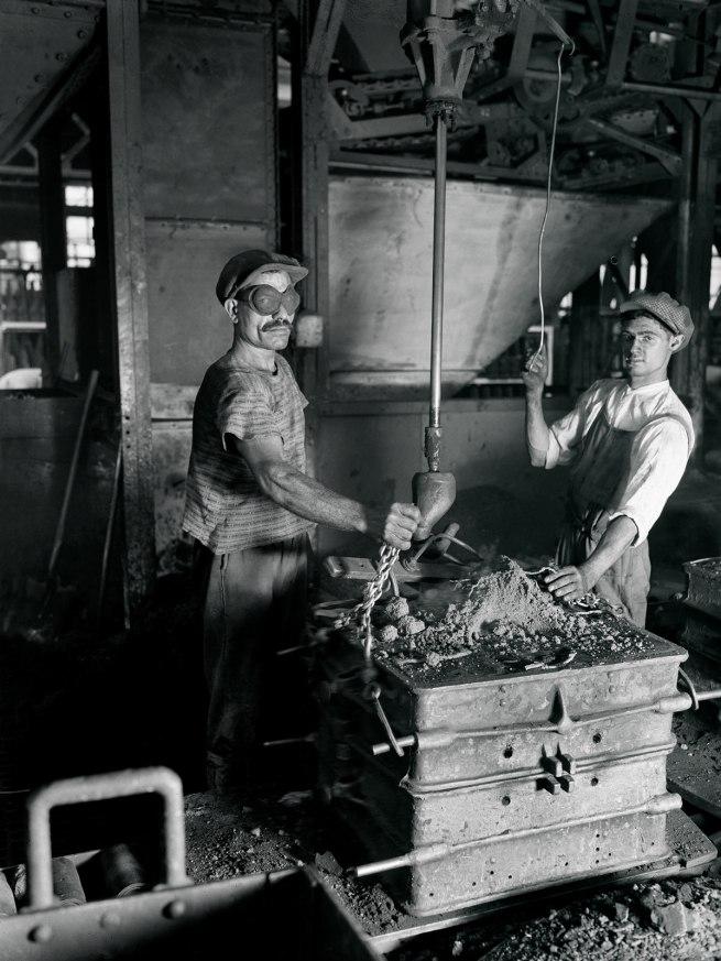 François Kollar. 'Automobiles Renault. D'une main l'ouvrier fait tomber le sable. Billancourt (Hauts-de-Seine)' 1931-1934