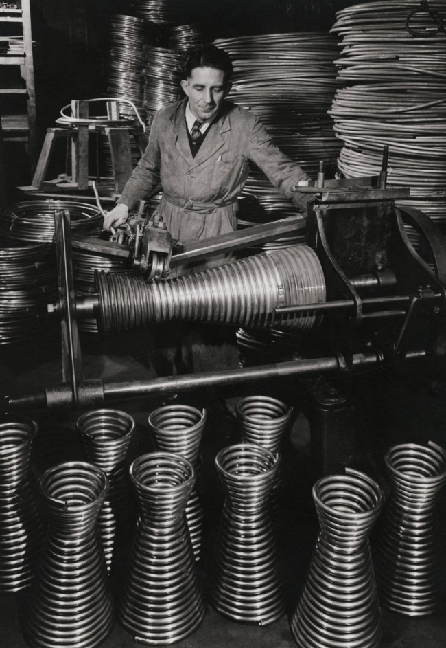 François Kollar. 'Fabrication de corps de chauffe de chauffe-eau, usine Brandt, France' 1950